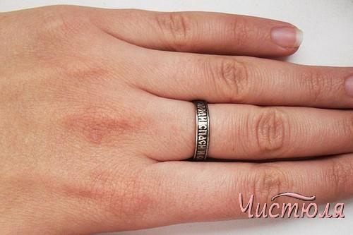 Черное серебряное кольцо на среднем пальце девушки