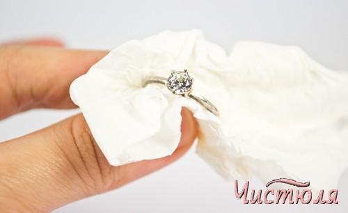Очищение кольца бумажной салфеткой