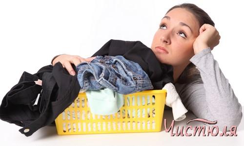 Девушка перед корзиной с грязным бельем