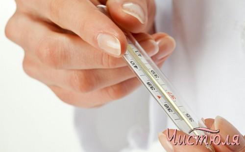 Ртутный градусник в руках