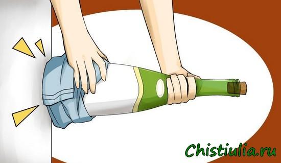 Бить бутылку об стену, чтобы вытолкнуть пробку