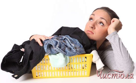 Девушка с корзиной грязного белья