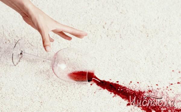 Разлитое вино на белом ковре